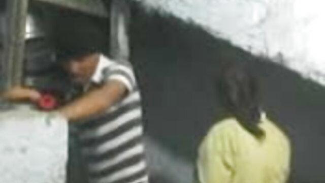 गोरी लड़की खराब सेक्सी वीडियो में हिंदी मूवी कार बेचने की कोशिश करती है