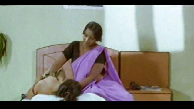दो बहुत हॉट बेब्स के बीच वर्चस्व हिंदी की सेक्सी मूवी कैट फाइट